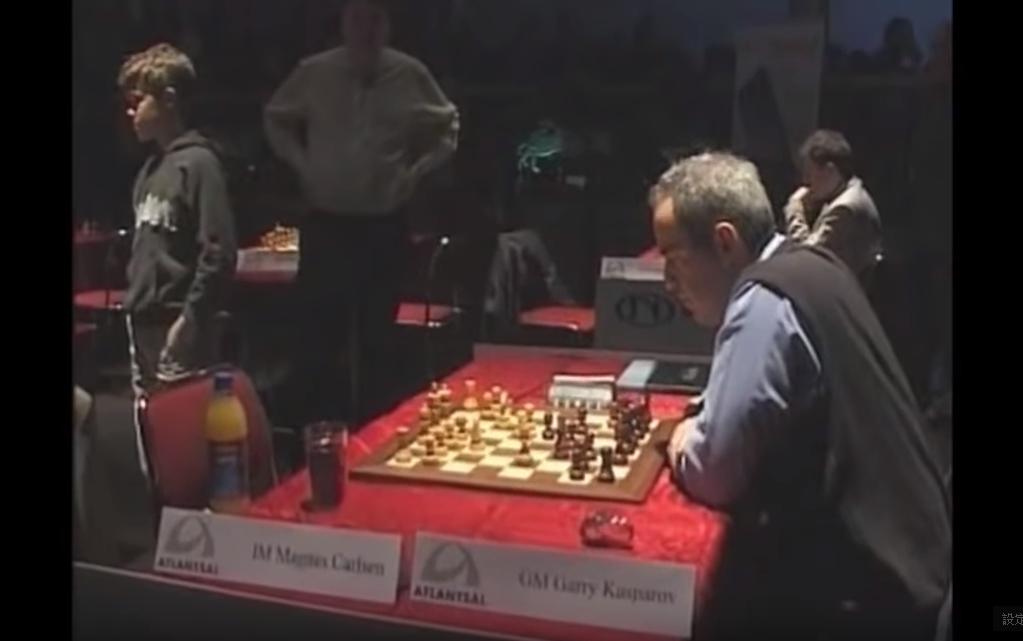 十三歲的麥格努斯.卡爾森正與傳奇西洋天才蓋瑞.卡斯帕洛夫對弈